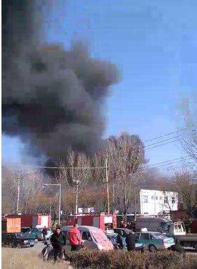 济南天桥一工业园仓库发生火灾 未造成人员伤亡