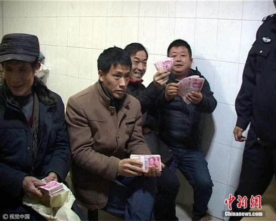 资料图:南京警方助民工讨薪,近50万元欠款被发放。 雨田 摄 图片来源:视觉中国