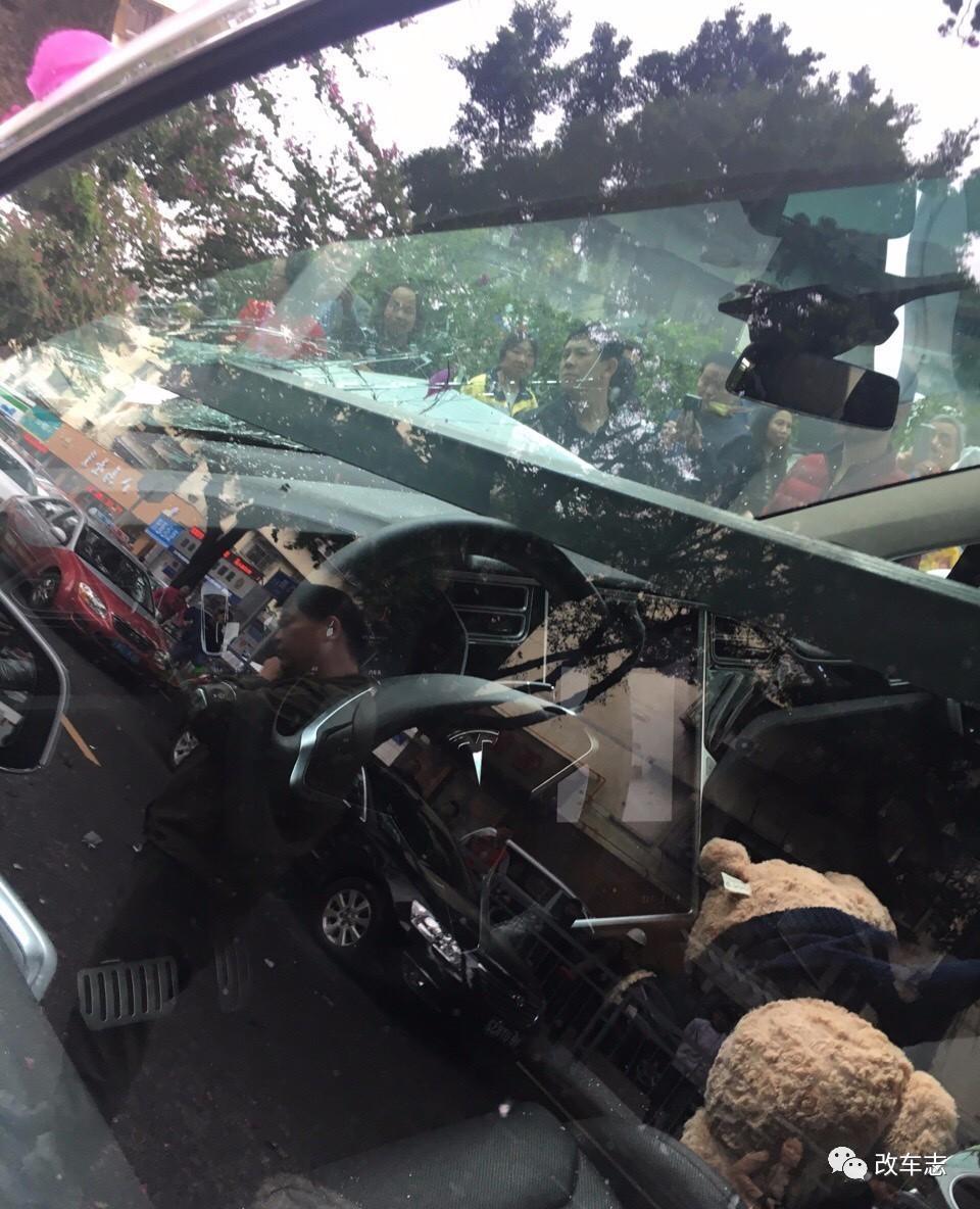 深圳洗车工开客户百万豪车撞上大树,这个年恐怕难过了!
