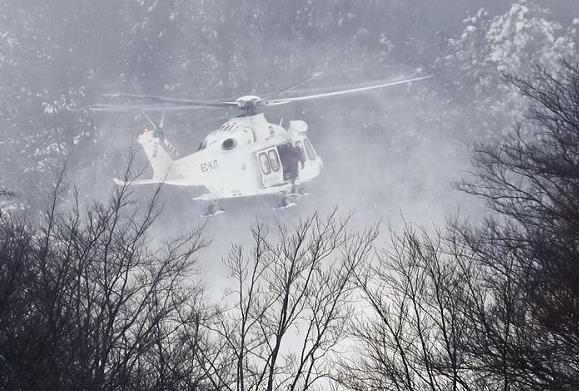 (图片自意大利安莎社)   意大利国家电视台当地时间1月24日中午报道,一架急救直升机在阿布鲁佐大区拉奎拉省的山区坠毁,机上可能载有6人。目前救援人员已确定直升机坠毁位置,正徒步赶往现场。   据救援人员消息称,在前往执行附近山区一个滑雪场的伤者救援任务途中,此架直升飞机的信号从雷达上消失。附近有居民表示听到过巨大响声。   意大利阿布鲁佐大区的大范围雨雪天气已经持续了近一周的时间,事发地周围还弥漫着大雾,对搜救工作十分不利。(央视记者 邓宗宇 李耀洋)