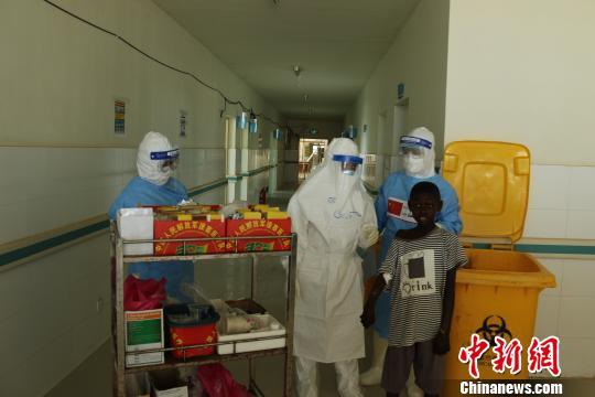 解放军医疗队队员再忆2015年春节援非抗击埃博拉疫情