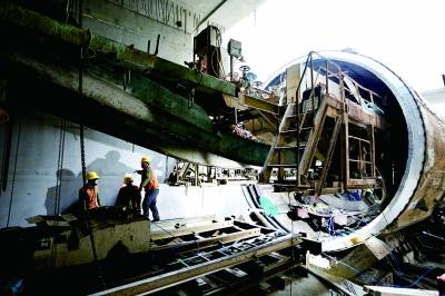 封顶后,西洼地站的盾构机也在拼装,春节后向南始发掘进 摄/通讯员 齐如刚