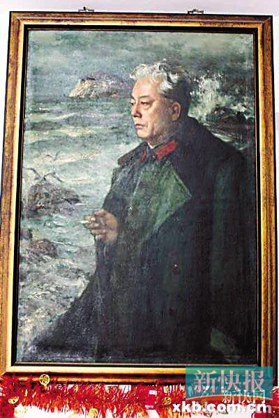 ■一位油画家为梁信创作的肖像画一直挂在他的住所。易哲/摄