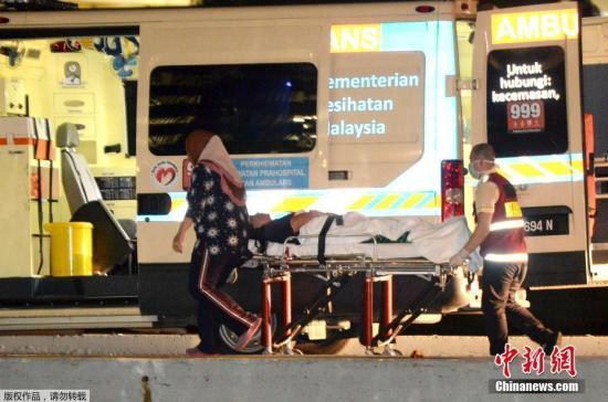 资料图:当地时间2017年1月30日,搭载马来西亚沙巴州沉船事件获救中国游客的船只凌晨抵达沙巴州首府哥打基纳巴卢。