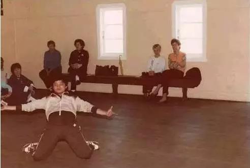 """▲在澳大利亚,少年马云与澳洲朋友们交流中国传统的""""醉拳""""。"""