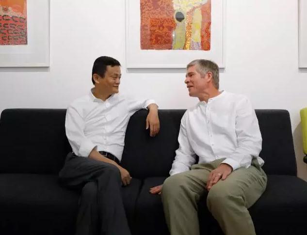 纽卡斯尔大学,马云和他的少年伙伴戴维·莫利(Ken的长子)聊天。
