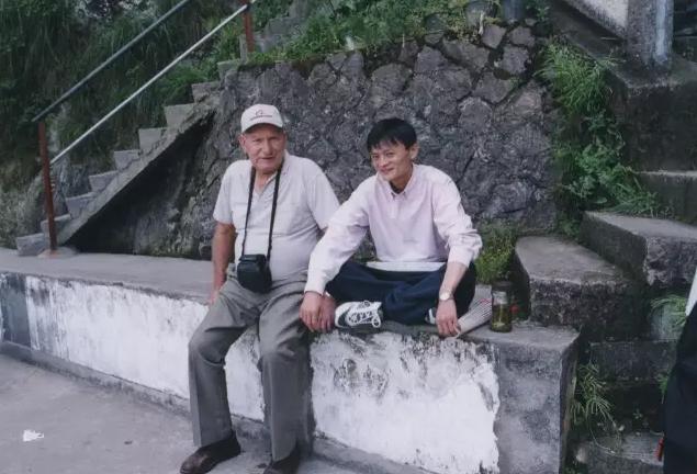 """▲马云带Ken游览杭州。马云回忆说:每次见面我们都会争辩很多事,尽管Ken常说""""Jack你在瞎扯"""",但他总以极大的好奇心和善意支持我。"""