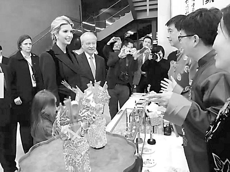 1日晚,在中国驻美国大使馆,伊万卡及女儿在崔天凯大使陪同下观看中国传统手工艺展示。陈丽丹/摄