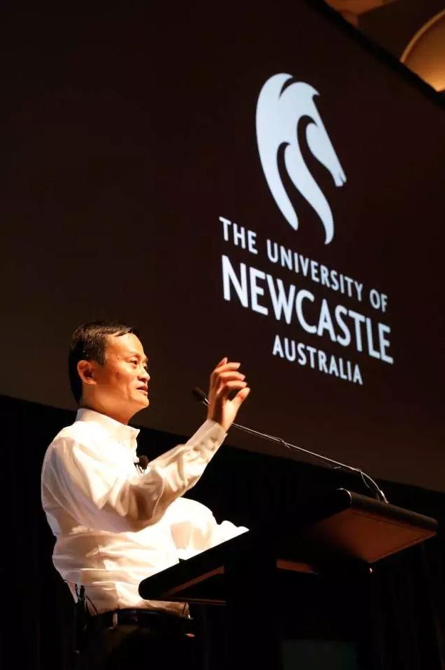马云在纽卡斯尔大学演讲。