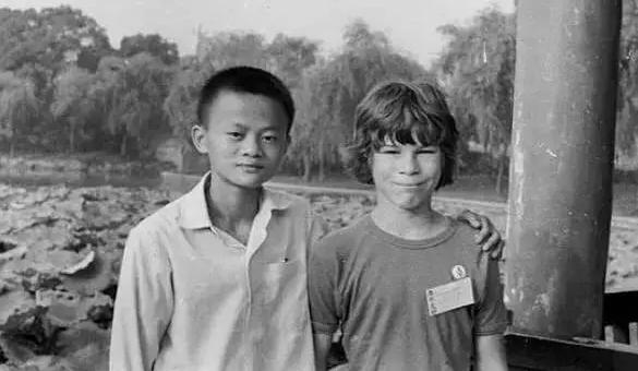 ▲1980年,16岁的马云在杭州西湖畔偶遇来华旅游的David Morley,并与Morley一家结下延续至今的友谊。