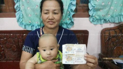 泰国帕府的一名54岁的奶奶,幸运且神奇地中了彩票一等奖,奖金高达600万泰铢(约120万元人民币)。(图片来源:泰国《世界日报》)