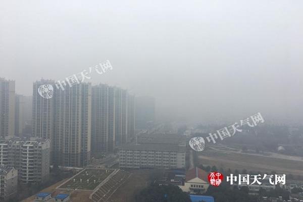 昨天,安徽合肥市区大雾弥漫,能见度低。(徐雅莲 摄)