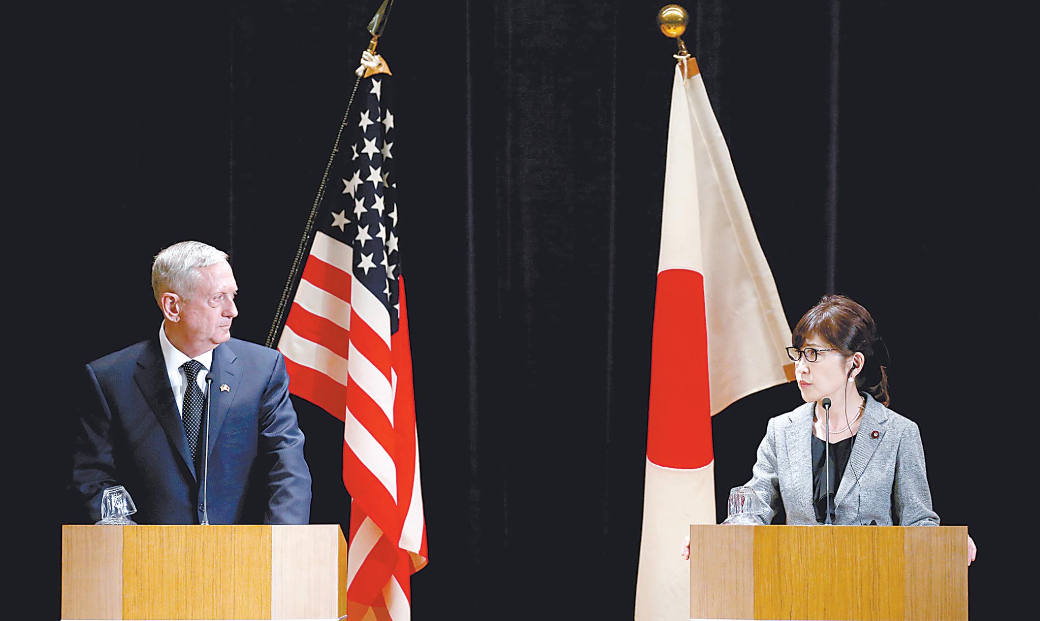 美日防长4日在东京举行联合记者会。