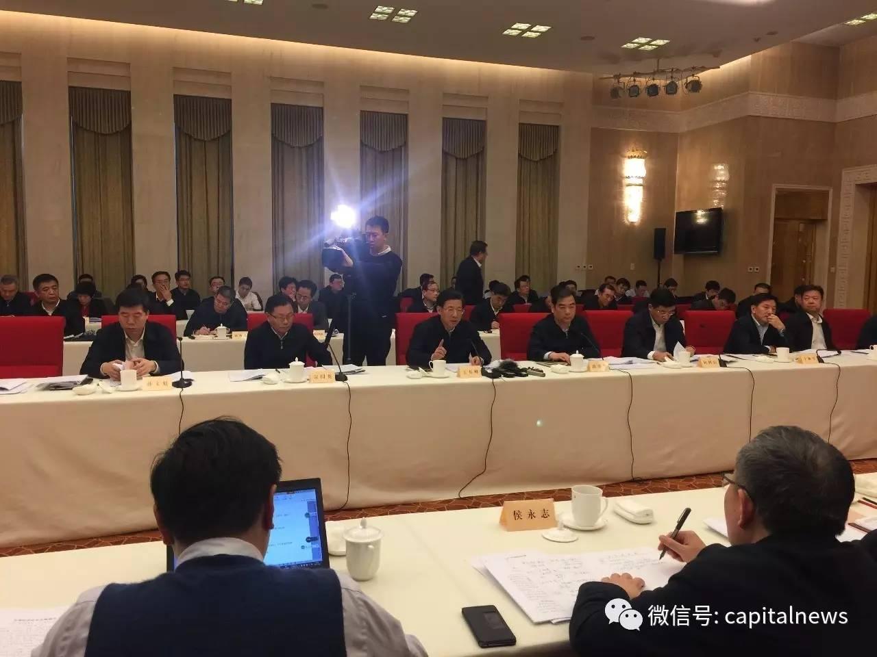 王东峰(前排左三)在讲话