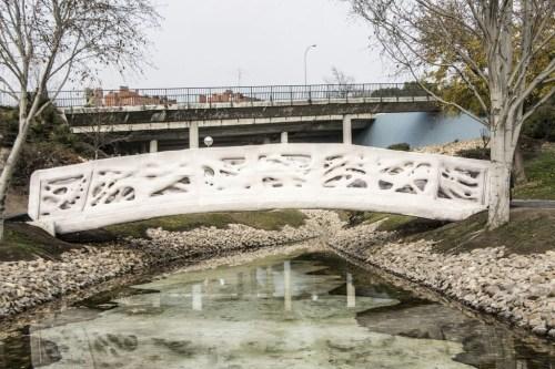 这座混凝土桥坐落于卡斯蒂利亚拉曼查公园,由8个独立部份组成。(图片来源:加泰罗尼亚先进建筑学院IAAC)