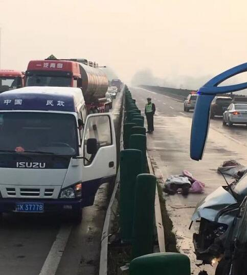 扬州廖家沟大桥发生车祸,已造成2死1伤