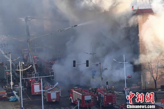 现场数十辆消防车在奋力扑火。 武俊杰 摄