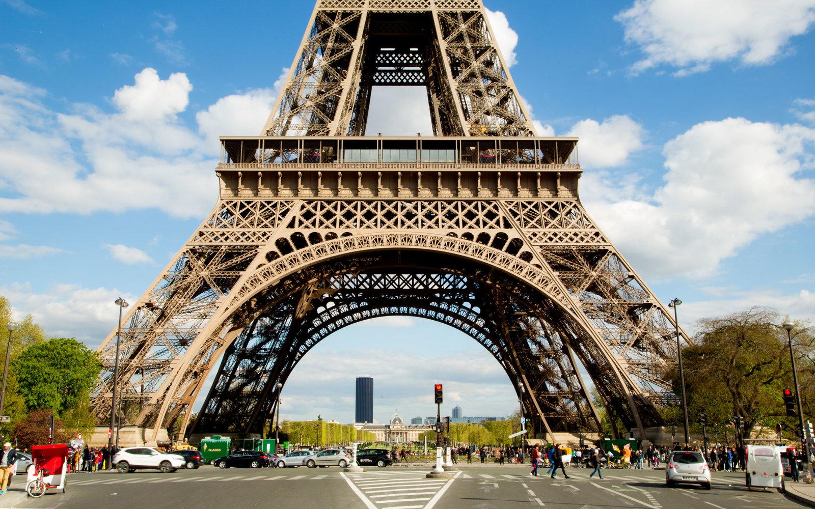 埃菲尔铁塔(资料图)   国际在线专稿:综合英国《每日邮报》和BBC网站2月9日报道,继卢浮宫袭击之后,法国政府计划在艾菲尔铁塔周围建立2.5米高的加固玻璃墙,以保证出现恐袭时这个地标建筑能得到保护。   如果玻璃围墙项目获得批准,将在本年稍后动工,预计耗资2000万欧元(约2100万美元)。   2015年11月法国首都遭到圣战者连环袭击,导致130人死亡,此后巴黎一直处于高度戒备状态。2016年7月国庆日,在法国南部尼斯举行庆祝活动期间,一辆货车撞向人群,导致86人死亡。   巴黎埃菲尔铁塔是法国