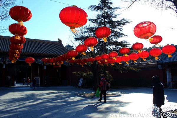 2月10日,北京天气晴朗、气温逐步回升,景山公园挂满红灯笼迎接元宵节。(来源:新浪微博)