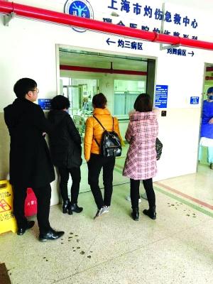 小恩馨的家人焦急地等在病房外