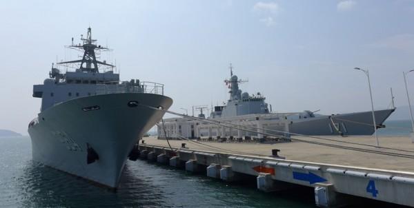 """图为参与演习的导弹驱逐舰""""海口舰""""(右)与综合补给舰""""骆马湖舰""""(左)(图片来源:《自由时报》)"""