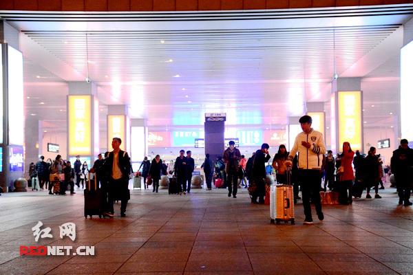 一碗热汤圆温暖长沙火车南站地区工作人员的元宵夜