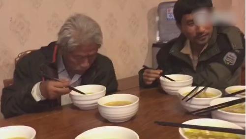 老兵王琪回国连吃7两浇汤面