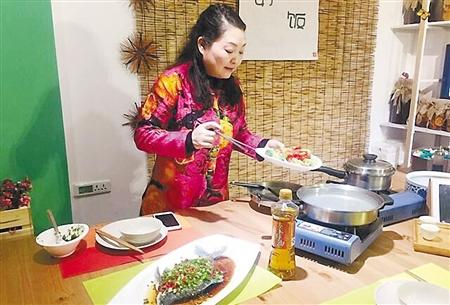 """田月娥在""""田妈厨房""""做菜 受访者供图图片"""