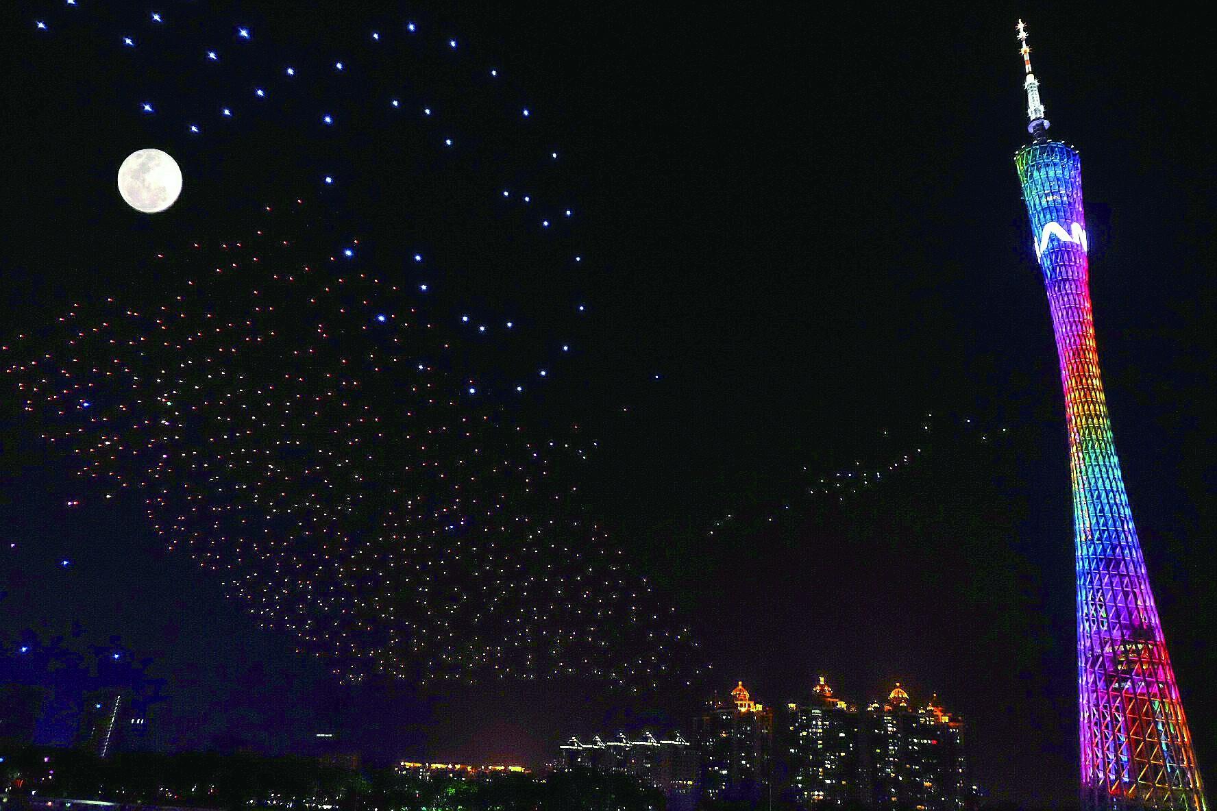广州用1000架无人机组成编队创作出一幅幅光影佳作