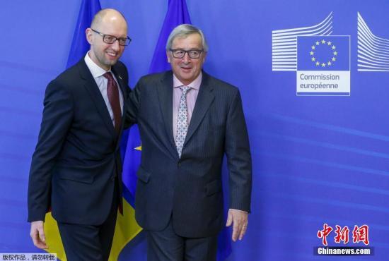 资料图:欧盟委员会主席容克(右)。