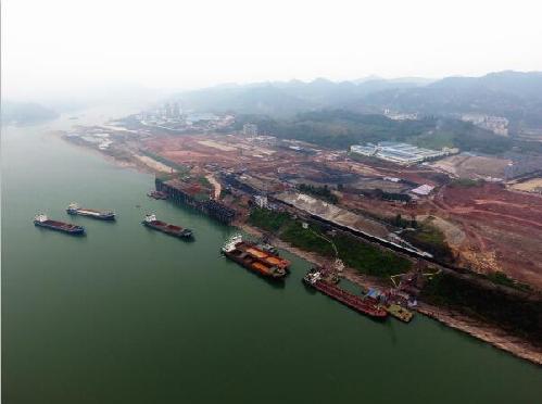 珞璜长江枢纽港建设现场。
