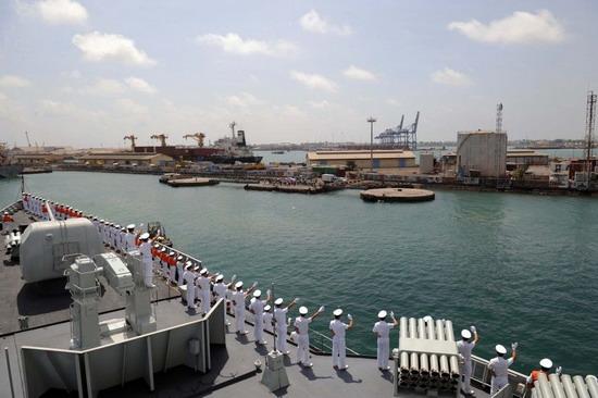 图为海军舰船抵达吉布提港口进行补给