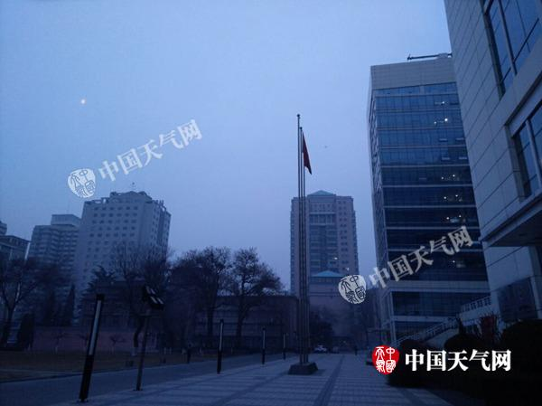 2月16日7时许,北京天空能见度较差。