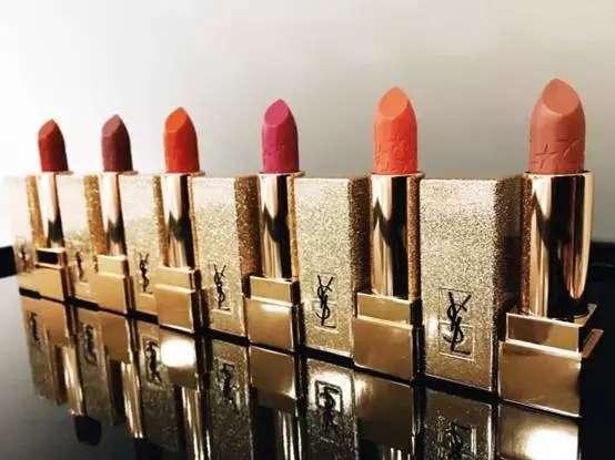 2016年10月,欧莱雅集团旗下品牌YSL美妆的一款限量版口红,一夜之间刷屏微信朋友圈,在国内一个知名网购平台上,该口红套装的价格最高甚至被炒到原价的20倍。不过,欧莱雅集团坚称,这并不是YSL品牌方的营销手段,只是产品引发的口碑效应。 欧莱雅中国高档化妆品部总经理赛雅乐(Joelle Saadia)在接受《二十一世纪商业评论》(下称《21CBR》)记者专访时坦承,这次事件的影响力非常大,其他亚洲市场也受到中国消息散播的影响,都来问我们这个产品,而且是在我们正式推出产品之前出现这样的现象。其实它是一个限