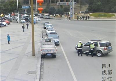 2月16日,光华大道与骑士大道交汇口,路虎司机陈友因辟谷晕倒,脚还踩在油门上,交警正试图打开车门