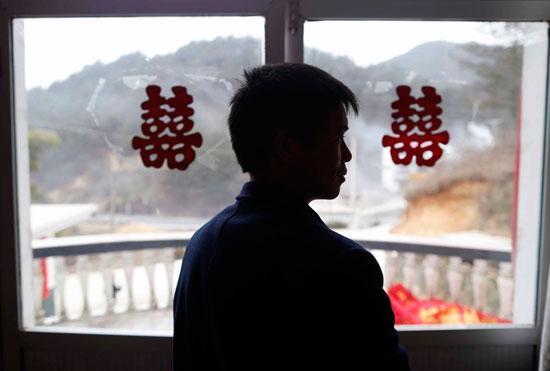 """2月9日,安徽省岳西县石关乡,蔡跃胜参加一位朋友的婚礼。这个乡里有近40个和蔡跃胜一样,年龄在32至50岁之间,曾被""""骗婚""""的剩男。视觉中国供图"""