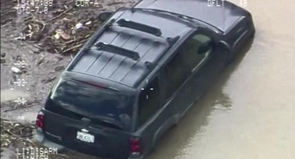 美国大片!美81岁老人被洪水冲走获直升机救援