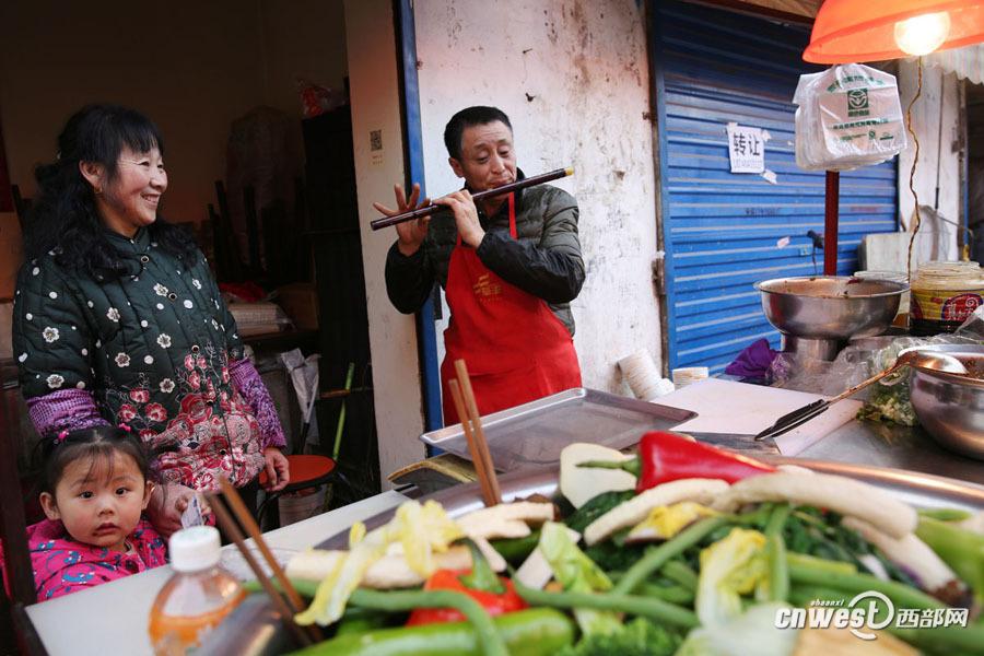 凉凉笛谱-西部网讯(记者 魏永贤)2月17日,在渭南老家冬休了整整2个月的吴