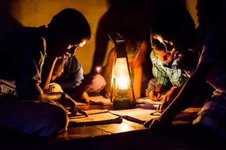 长期缺电阻碍了孩子们接受教育