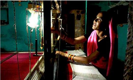 一些能源NGO向缺电的印度农村提供了太阳能充电站给LED灯供电