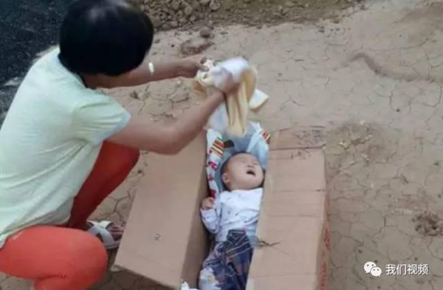 """▲被遗弃在""""爱心村""""门口的孩子 来源:新浪图片"""