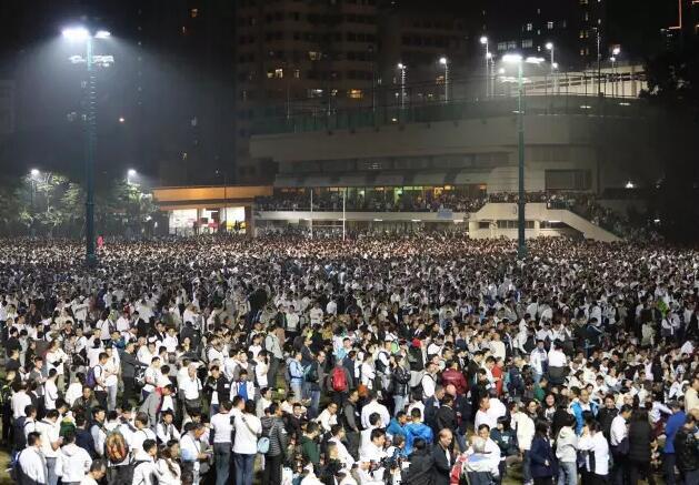 """香港近4万警民集会 声援""""打占中者""""入狱警察"""