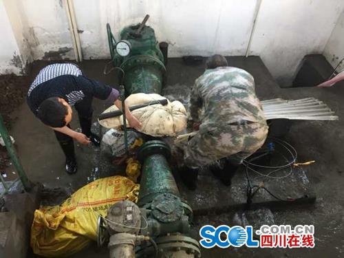 昌源水业公司两名工作人员正修补破损3号机组水泵