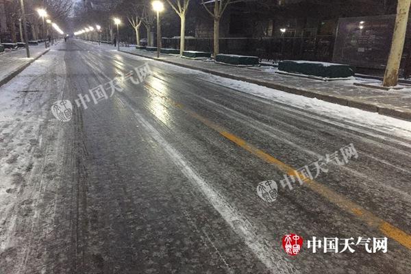 今晨,北京多处路段出现道路积雪、结冰。杨兴 摄