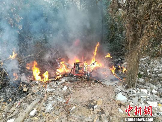 清晨8点20分,三圣花乡景区管理局巡逻队队员彭勇赶到现场,共享单车正被烈火焚烧,现场浓烟滚滚。 钟欣 摄