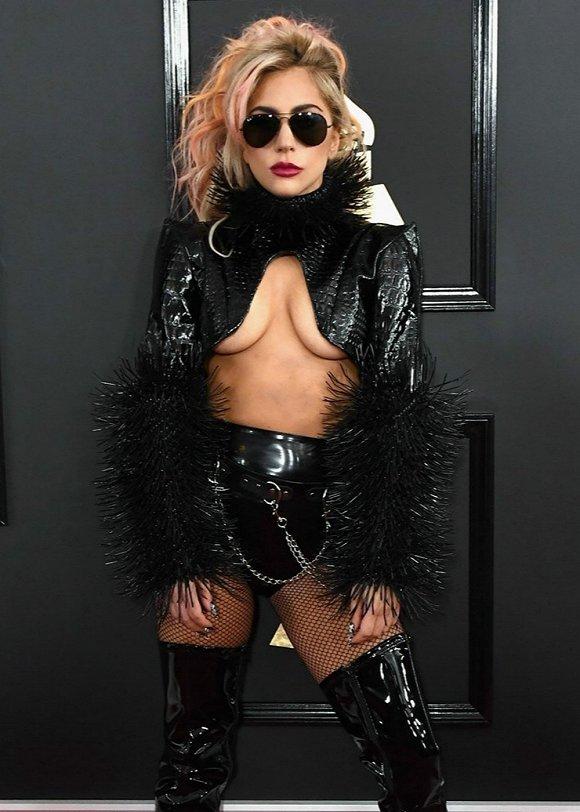 出席2017格莱美的Lady Gaga,在红毯上的造型又回到了原来的老路子