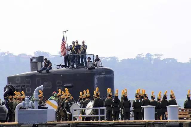 """2016年1月,美国海军核动力攻击潜艇""""托皮卡""""号准备停靠在菲律宾苏比克港码头。"""