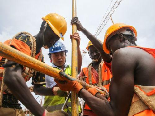 2016年4月肯尼亞蒙巴薩,中國工程師和肯方工人在蒙內鐵路工地工作。