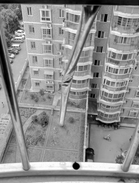 3月3日,长沙县星城国际小区,家属认为焊接不牢固的护窗导致6岁男童从13楼坠落。图/记者陈斌