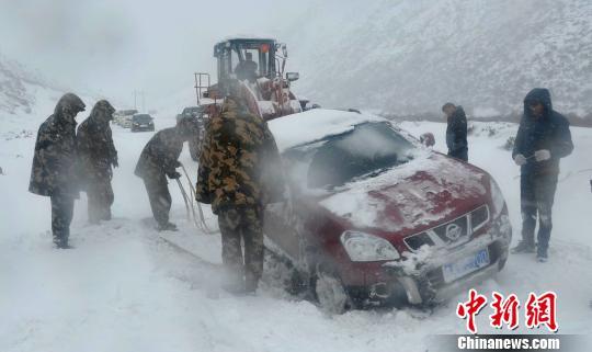 川藏线突降暴雪 多车被困获救